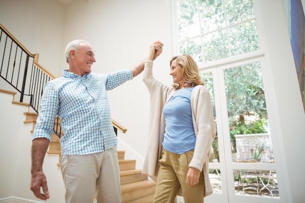 Starszy Para Tańczy Razem W Salonie Premium Zdjęcia