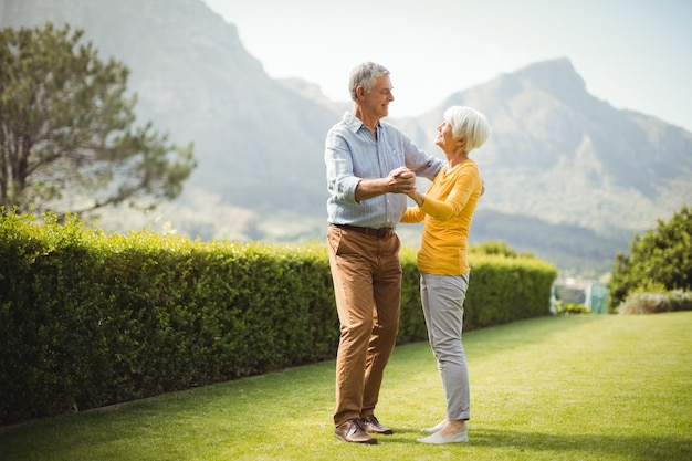 Starszy Para Tańczy W Parku Premium Zdjęcia