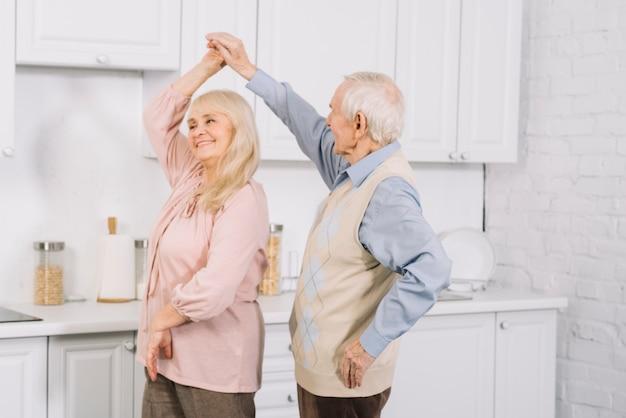 Starszy Para Taniec W Kuchni Darmowe Zdjęcia