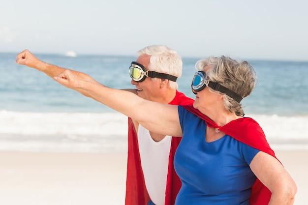 Starszy Para Ubrana W Strój Supermana Premium Zdjęcia