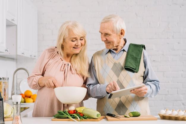 Starszy pary kucharstwo w kuchni Darmowe Zdjęcia