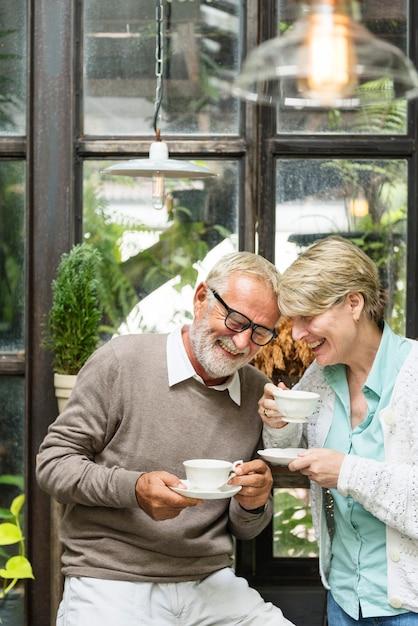 Starszy pary popołudniowy tean pić relaksuje pojęcie Premium Zdjęcia