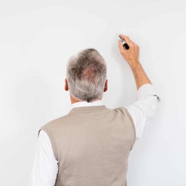 Starszy Profesor Pisze Na Pustej Tablicy Znaczników Darmowe Zdjęcia