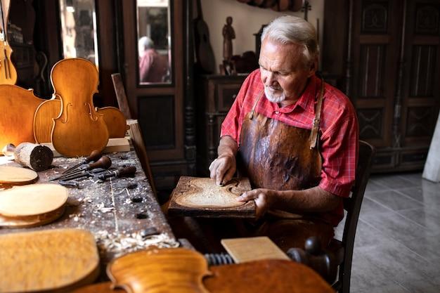 Starszy Stolarz Pracujący W Swoim Staromodnym Warsztacie Darmowe Zdjęcia