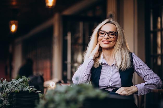 Starszych Businesswoman Siedzi Na Zewnątrz Kawiarni Darmowe Zdjęcia