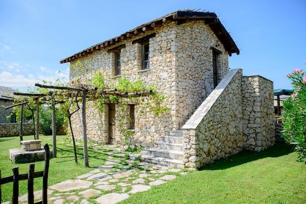 Stary biały kamienny dom Premium Zdjęcia