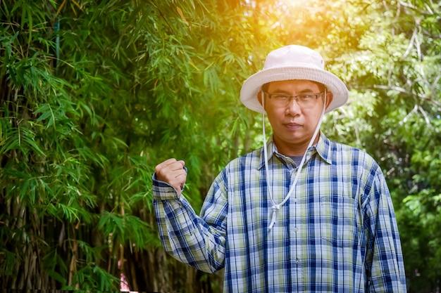 Stary człowiek inteligentny rolnik Premium Zdjęcia