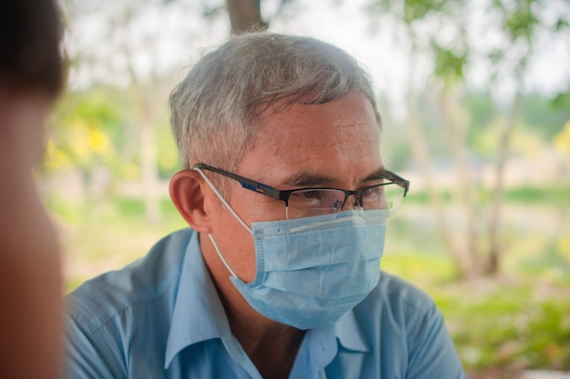 Stary Człowiek Używa Maski Do Ochrony Przed Wirusem Corona 19 Podczas Komunikacji Z Ludźmi Premium Zdjęcia