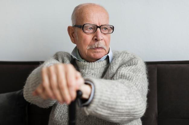 Stary Człowiek W Domu Opieki Z Okularami I Laską Darmowe Zdjęcia