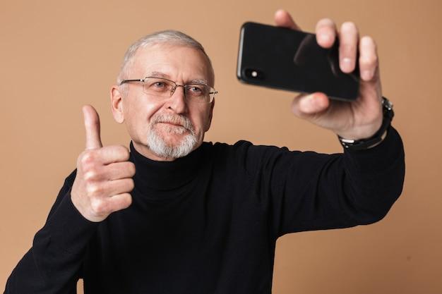 Stary Człowiek Z Portretem Telefonu Premium Zdjęcia