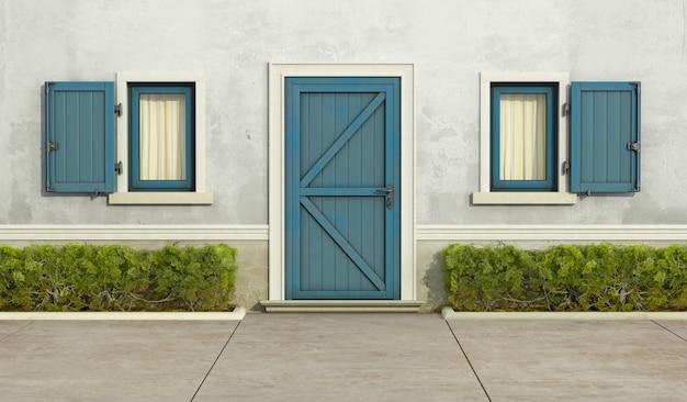 Stary Dom Z Niebieskim Oknem I Drzwiami Wejściowymi Premium Zdjęcia