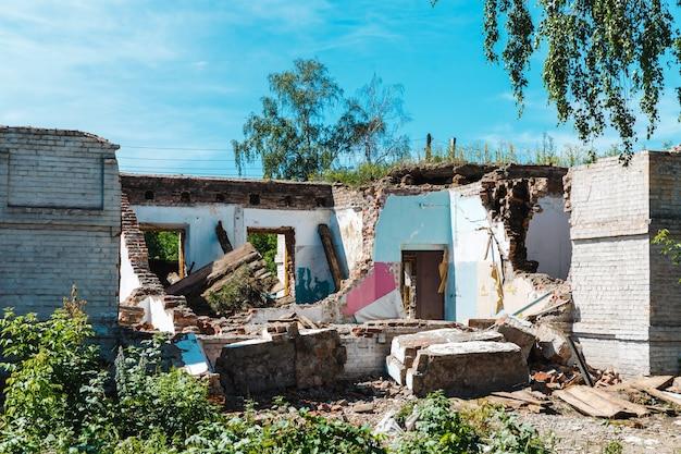 Stary Dom Zniszczony Po Trzęsieniu Ziemi Premium Zdjęcia