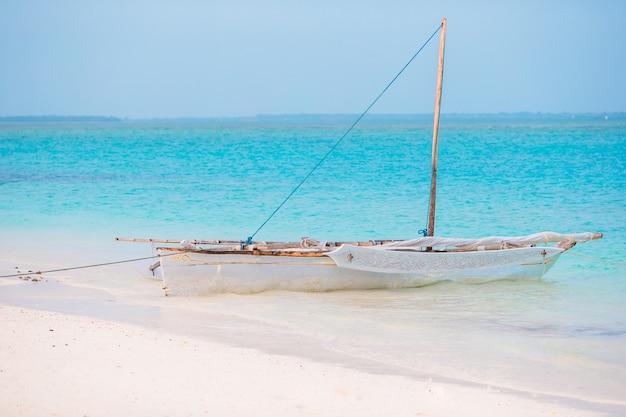 Stary Drewniany Dhow Na Oceanie Indyjskim W Pobliżu Zanzibaru Premium Zdjęcia