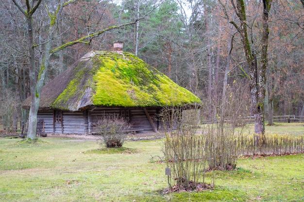 Stary Drewniany Dom Z Bali. Widok Z Oknem, Drzwiami Przednimi I Mchem Na Dachu. Premium Zdjęcia