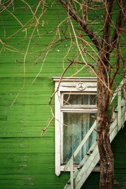 Stary drewniany dom z zieloną ścianą Premium Zdjęcia