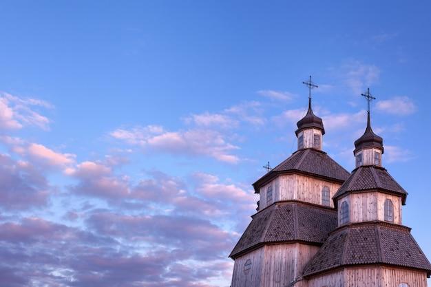 Stary Drewniany Nieociosany Kościelny Budynek I Drewniany Ogrodzenie Przeciw Niebieskiemu Niebu Premium Zdjęcia