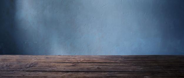 Stary Drewniany Stół Na Tle Ciemnej ścianie Premium Zdjęcia