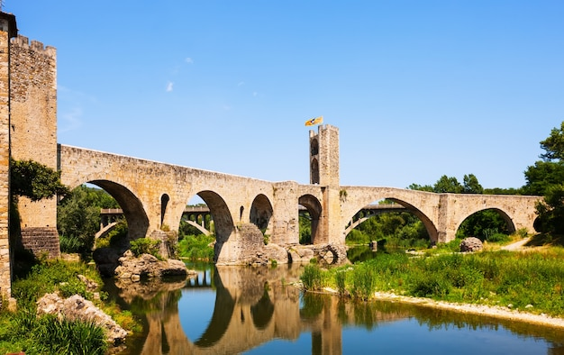 Stary Europejski Miasteczko Z średniowiecznym Mostem Nad Rzeką Darmowe Zdjęcia