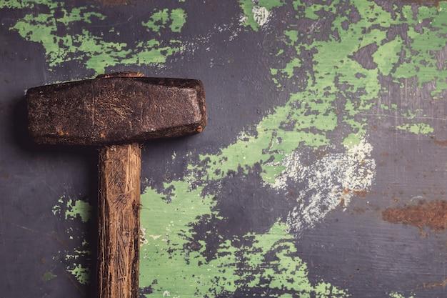 Stary i porysowany młot na powierzchni metalu Premium Zdjęcia