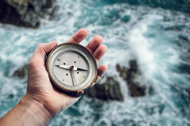 Stary Kompas Morski W Dłoni Na Tle Morza Premium Zdjęcia