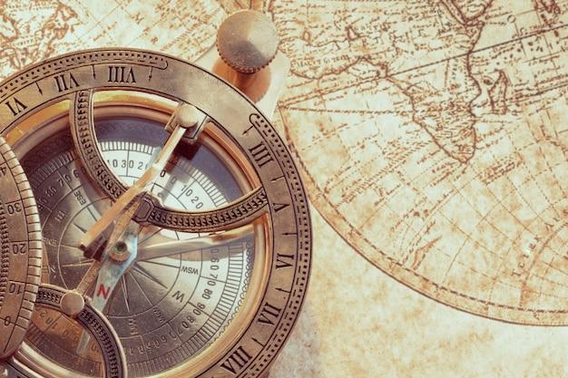 Stary Kompas Na Starożytnej Mapie Premium Zdjęcia