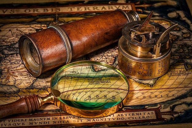 Stary Kompas Vintage Na Starożytnej Mapie Premium Zdjęcia