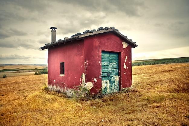 Stary malutki dom na zboczu Premium Zdjęcia