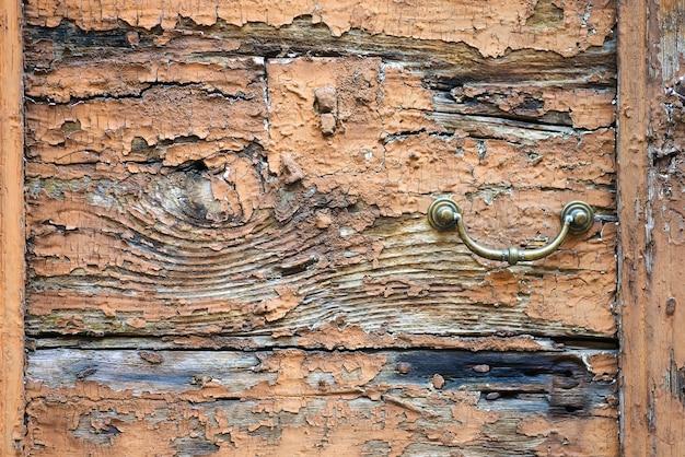 Stary Metal Drzwi Uchwyt Kołatka Na Szorstkie Drewniane Tła Premium Zdjęcia