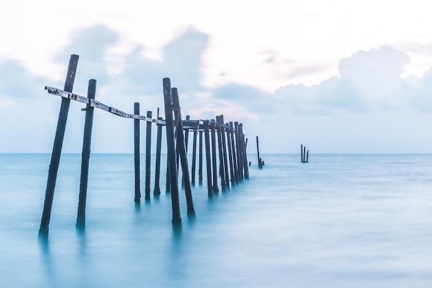 Stary most na plaży pilai Premium Zdjęcia