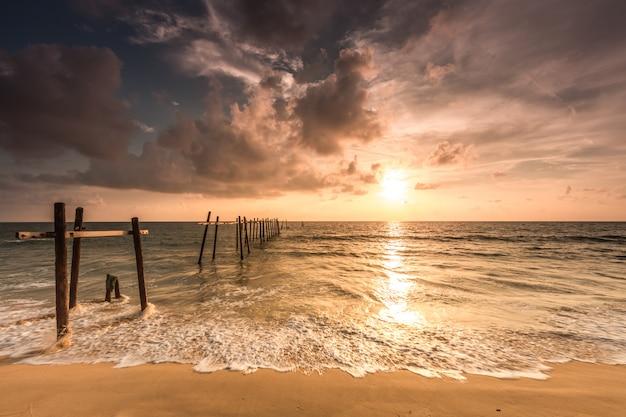 Stary Most Przy Pilai Plażą, Takua Thung Okręg, Phang Nga, Tajlandia. Premium Zdjęcia