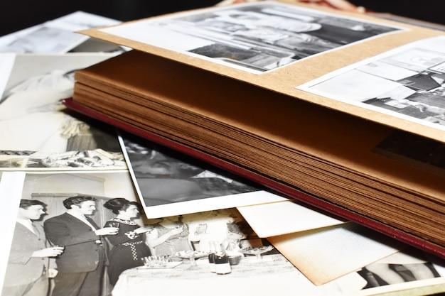 Stary Papierowy Album Ze Zdjęciami W Stylu Retro Ze Zdjęciami Rodzinnymi. Archiwum Zdjęć Rodzinnych. Premium Zdjęcia