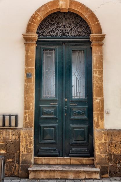 Stary Piękny Błękitny Drewniany Drzwi W Domu. Przedni Widok. Premium Zdjęcia