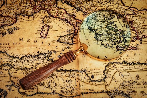 Stary Rocznik Lupy Na Starożytnej Mapie Premium Zdjęcia