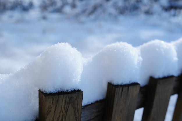 Stary śnieżny Ogrodzenie W Wiosce W Bożenarodzeniowej Zimie Premium Zdjęcia
