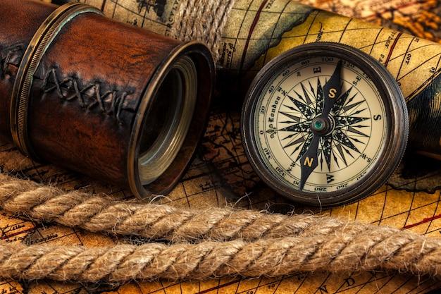 Stary Vintage Kompas I Instrumenty Nawigacyjne Na Starożytnej Mapie Premium Zdjęcia