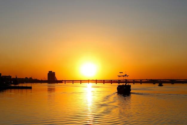 Stary żaglowiec piracki statek, z poszarpane żagle, o zachodzie słońca. Premium Zdjęcia