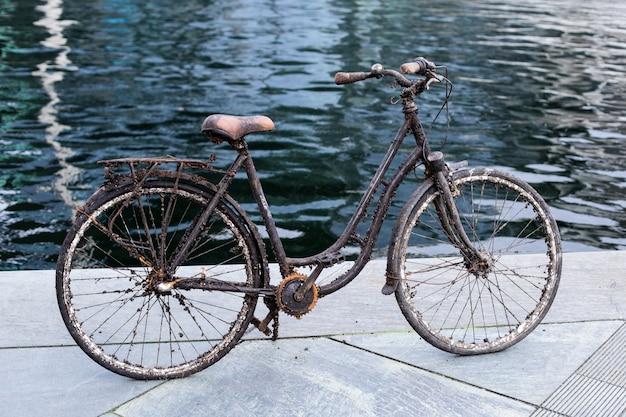 Stary Zatopiony Rower Wyciągnięty Z Wody Premium Zdjęcia