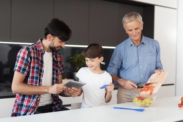 Starzec przygotowuje sałatkę na święto dziękczynienia Premium Zdjęcia
