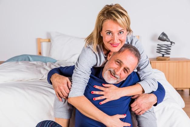 Starzejący Się Uśmiechnięty Kobiety Przytulenia Mężczyzna