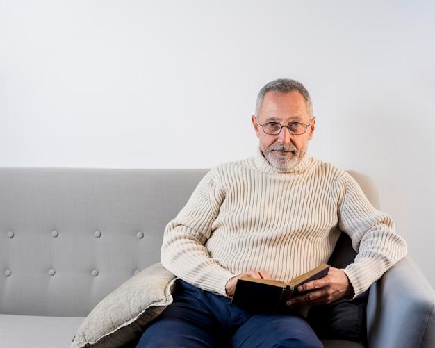 Starzejący się mężczyzna czyta z szkłami Darmowe Zdjęcia
