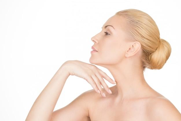 Starzenie się z wdziękiem. zbliżenie profil piękna dojrzała kobieta dotyka jej szyję Premium Zdjęcia