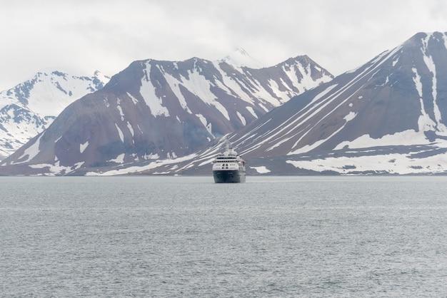 Statek Ekspedycyjny Na Morzu Arktycznym, Svalbard. Statek Wycieczkowy Pasażerski. Rejs Po Arktyce I Antarktydzie. Premium Zdjęcia
