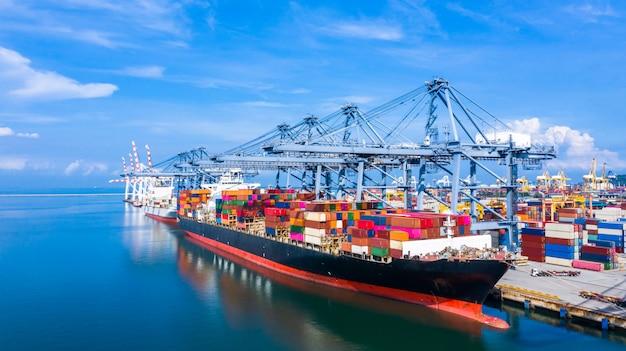 Statek Kontenerowy Przybywający Do Portu Handlowego. Premium Zdjęcia