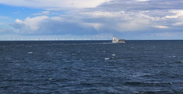 Statek Na Morzu Z Wiatrakiem Na Poziomie Premium Zdjęcia