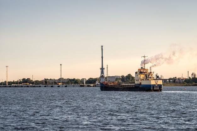 Statek przybywa do portu Premium Zdjęcia