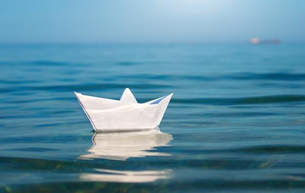 Statek Z Zabawkami Z Papieru Premium Zdjęcia