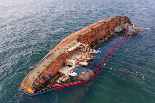 Statek Zatopiony W Oceanie Premium Zdjęcia