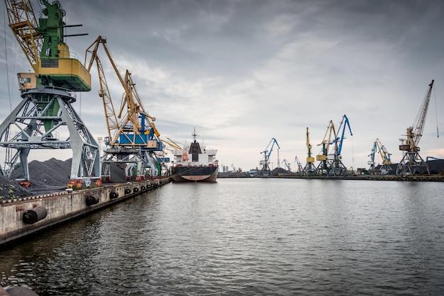 Statki i dźwigi w terminalu portowym Premium Zdjęcia
