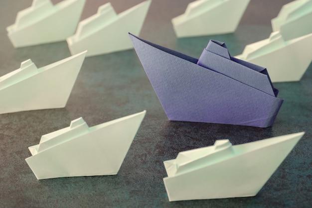 Statki z papieru origami, zmień koncepcję biznesową Premium Zdjęcia