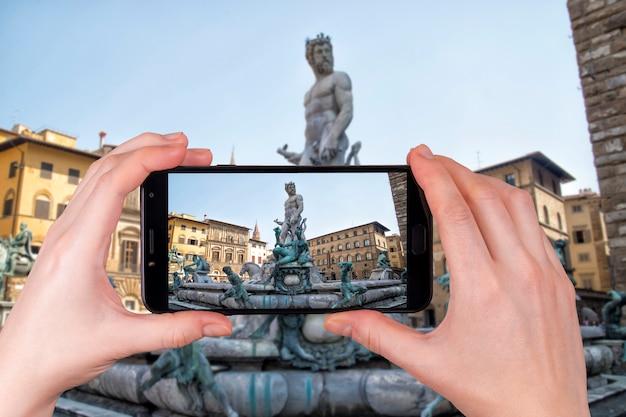 Statua Neptune Florencja Włochy Jasny Letni Dzień. Turysta Robi Zdjęcie Premium Zdjęcia